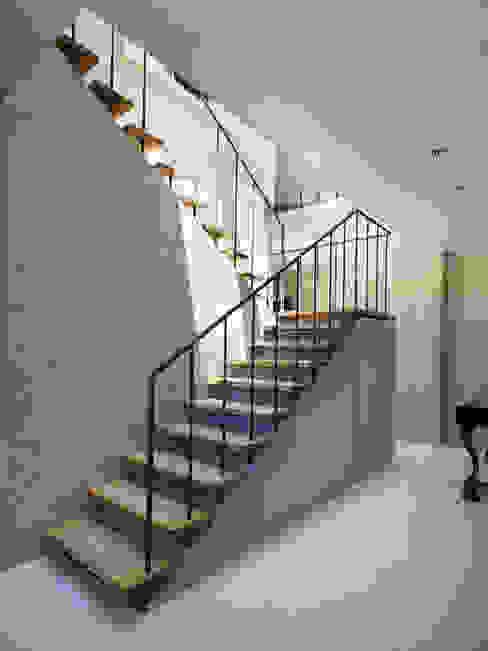Under the Large Roof モダンスタイルの 玄関&廊下&階段 の Atelier HARETOKE Co., Ltd. モダン