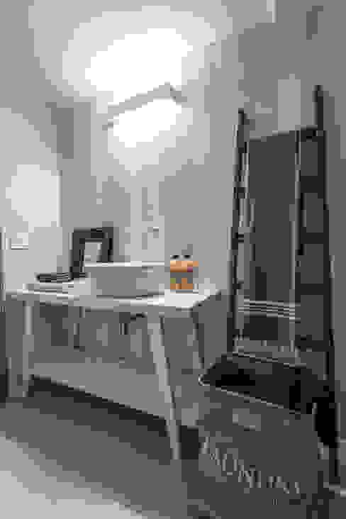 Bathroom by Lucia Bentivogli Architetto,