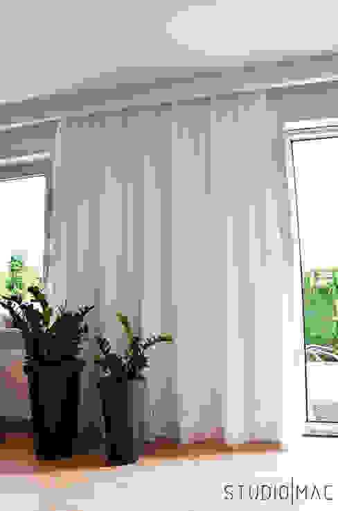 Realizacja projektu salonu w domu jednorodzinnym Nowoczesne okna i drzwi od STUDIO MAC Nowoczesny