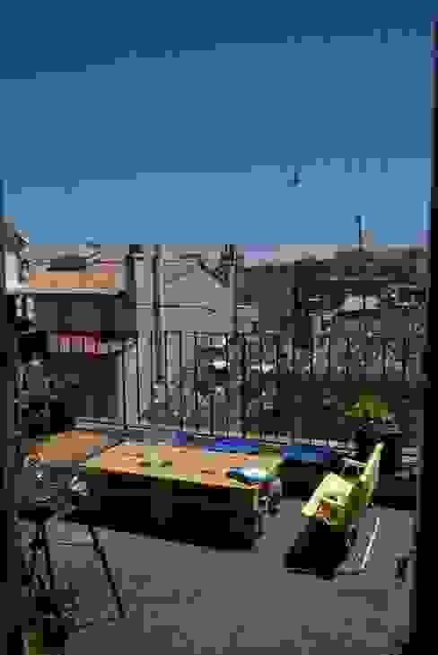 Coin terrasse avec future ombrière végétale. Balcon, Veranda & Terrasse originaux par a.Calu Paysagiste concepteur Éclectique