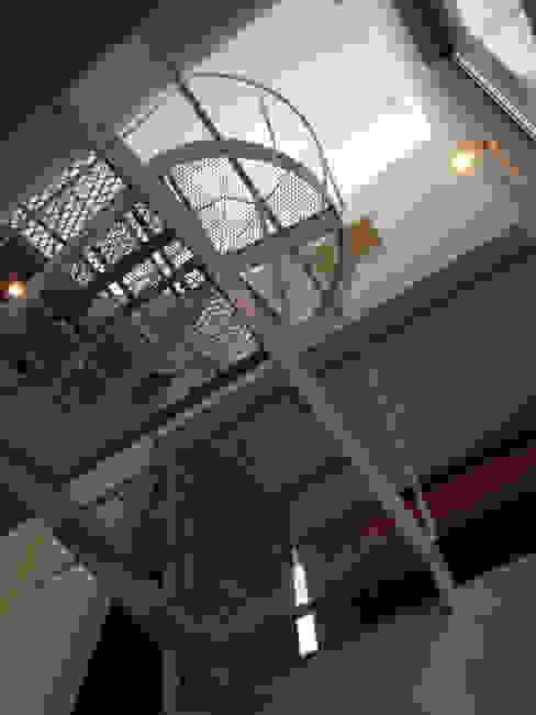 階段見上げ2 モダンスタイルの 玄関&廊下&階段 の M+2 Architects & Associates モダン