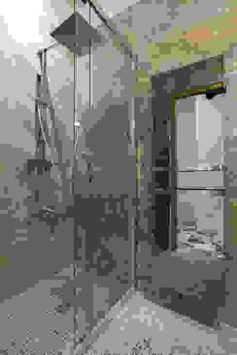Salle de douche Salle de bain moderne par ARCHIIMMO Moderne