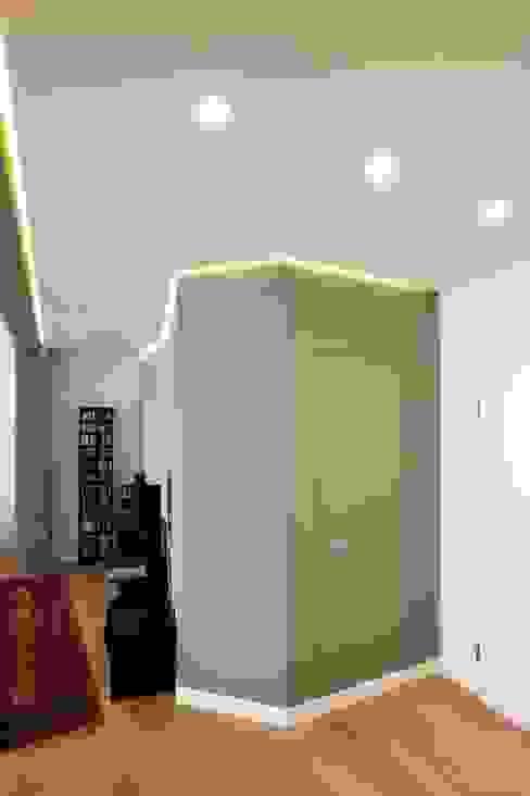 Modern corridor, hallway & stairs by Archifacturing Modern