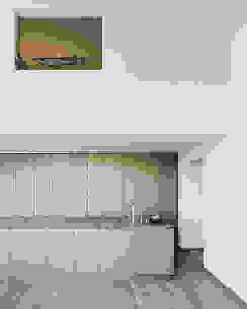 Das Schlafzimmer über der Küche Moderne Küchen von Lando Rossmaier Architekten AG Modern