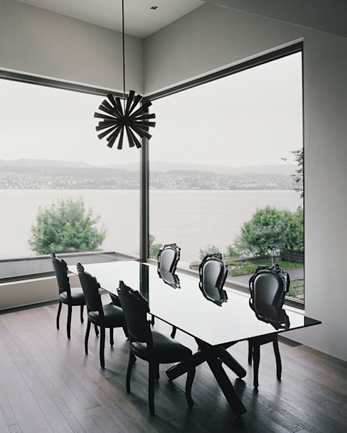 Der Essplatz mit Blick auf den verregneten See. Minimalistische Esszimmer von Lando Rossmaier Architekten AG Minimalistisch