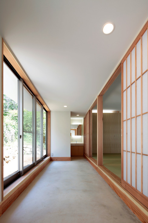 Asian style corridor, hallway & stairs by 長谷雄聖建築設計事務所 Asian