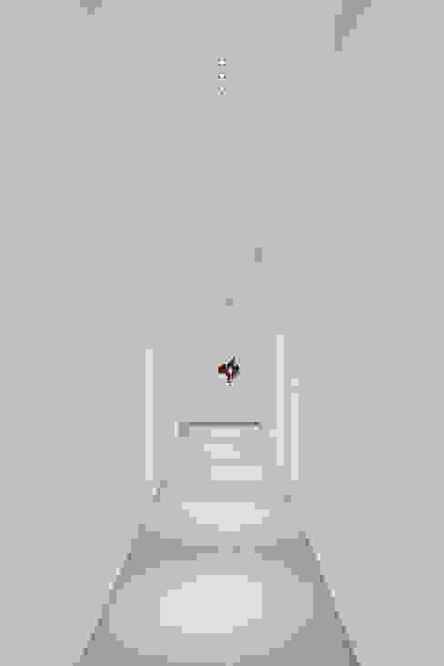 Коридор, прихожая и лестница в стиле минимализм от homify Минимализм