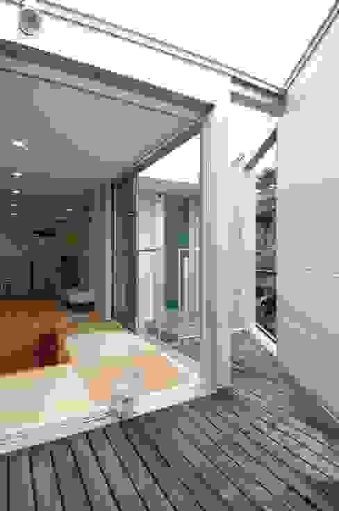 Balcones y terrazas de estilo moderno de 岡村泰之建築設計事務所 Moderno