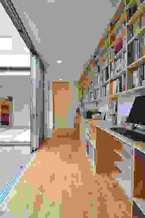ห้องทำงาน/อ่านหนังสือ โดย 岡村泰之建築設計事務所,