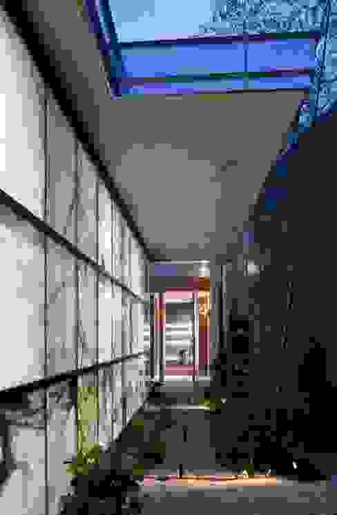 Garajes de estilo ecléctico de 有限会社加々美明建築設計室 Ecléctico