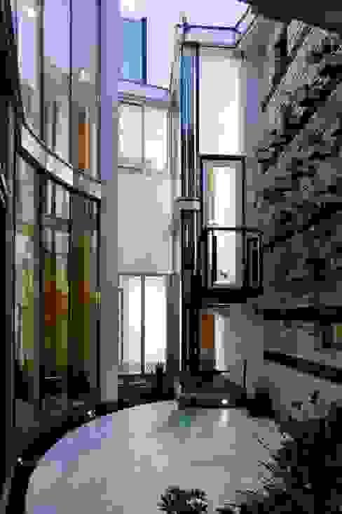 水床の水盤: 有限会社加々美明建築設計室が手掛けた庭です。,オリジナル