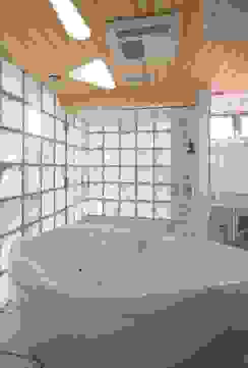 シャワールームとバス: 有限会社加々美明建築設計室が手掛けた浴室です。,オリジナル