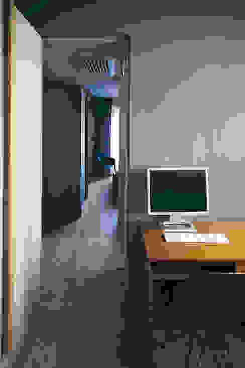 house#03 studio Studio in stile classico di andrea rubini architetto Classico