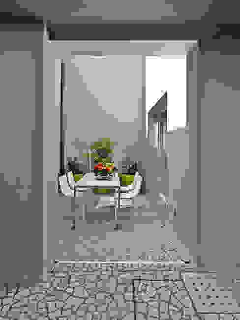 IL CORTILE INTERNO Balcone, Veranda & Terrazza in stile moderno di STUDIO DI ARCHITETTURA LUISELLA PREMOLI Moderno