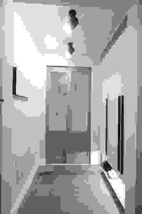 Pasillos, vestíbulos y escaleras escandinavos de 유노디자인 Escandinavo
