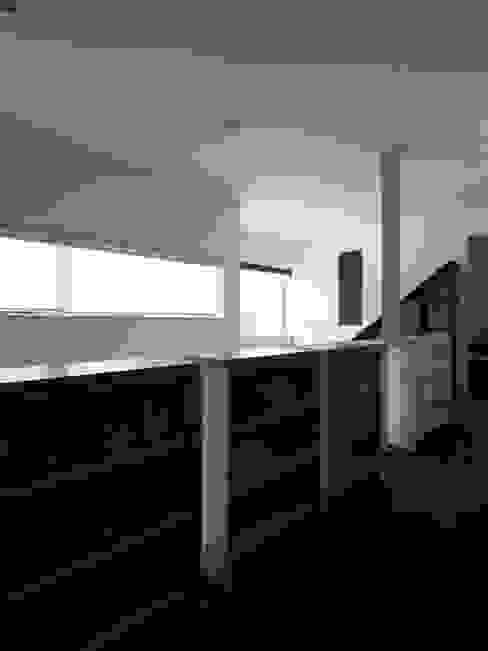 中二階が繋ぐ家: 富谷洋介建築設計が手掛けた廊下 & 玄関です。,