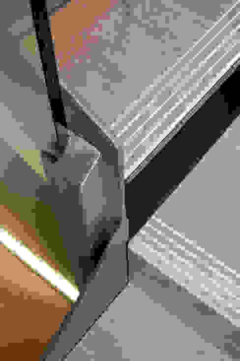 REFORMA DE PORTAL Pasillos, vestíbulos y escaleras de estilo moderno de PRIBURGOS SLU Moderno