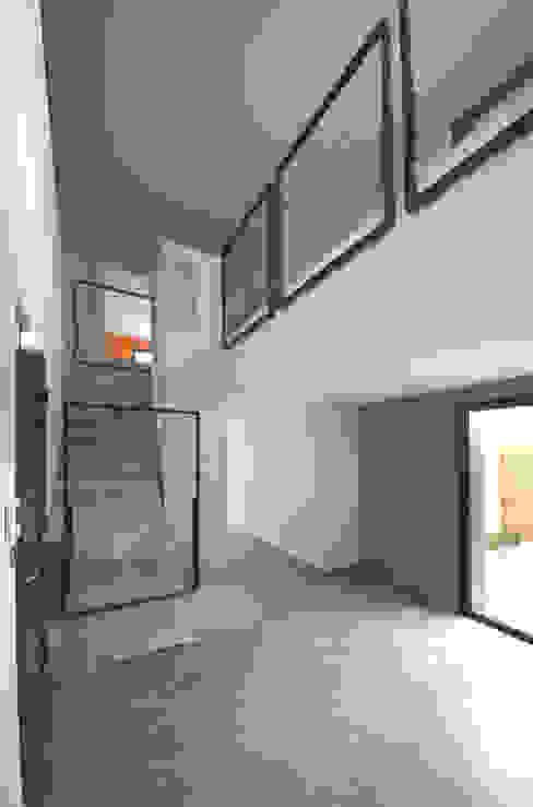 MAISON BBC Couloir, entrée, escaliers minimalistes par AMT Minimaliste