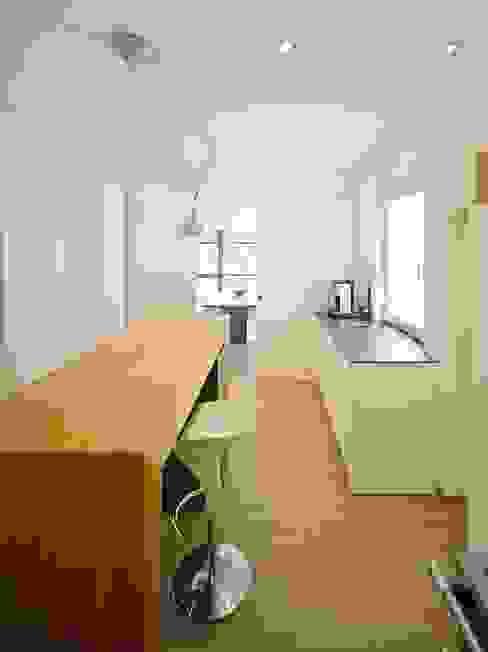 Haus mit Blick in die Weinberge und Pool Moderne Küchen von Rosenberger + Neidhardt Modern