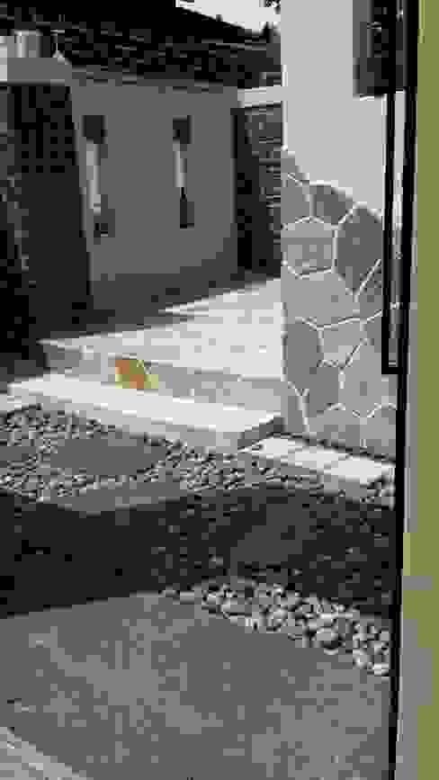 Balcones y terrazas minimalistas de 해밀건축사사무소 Minimalista