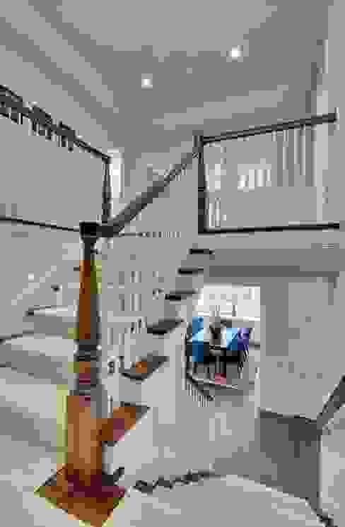 Couloir, entrée, escaliers de style  par Yıldız  Ahşap merdiven ve küpeşte,