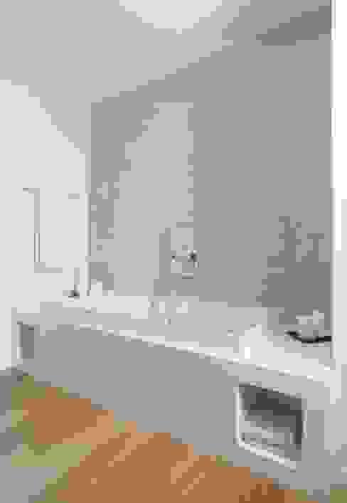 Minimalistische badkamers van SANSON ARCHITETTI Minimalistisch