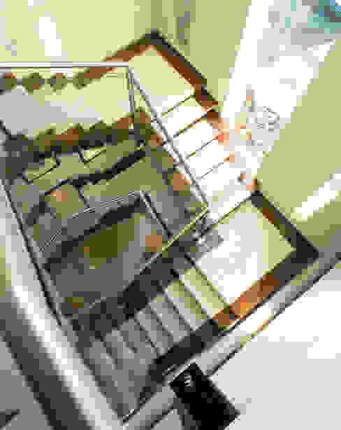 Holford Road 1 KSR Architects Ingresso, Corridoio & Scale in stile moderno