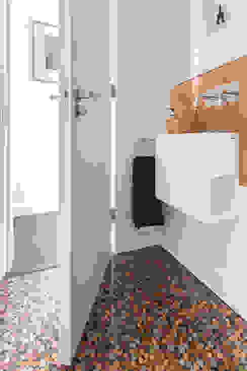 Green Retrofit, Lambourn Road Minimalistyczna łazienka od Granit Architects Minimalistyczny