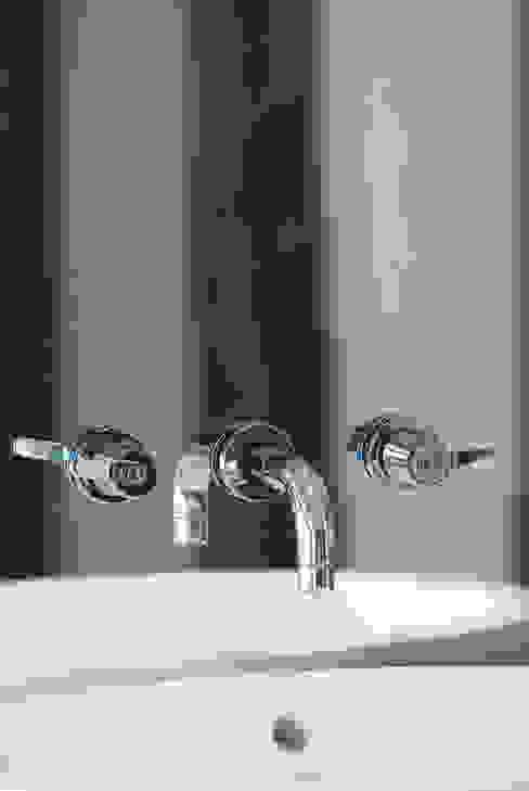 robinetterie sur miroir par Atelier TO-AU Moderne