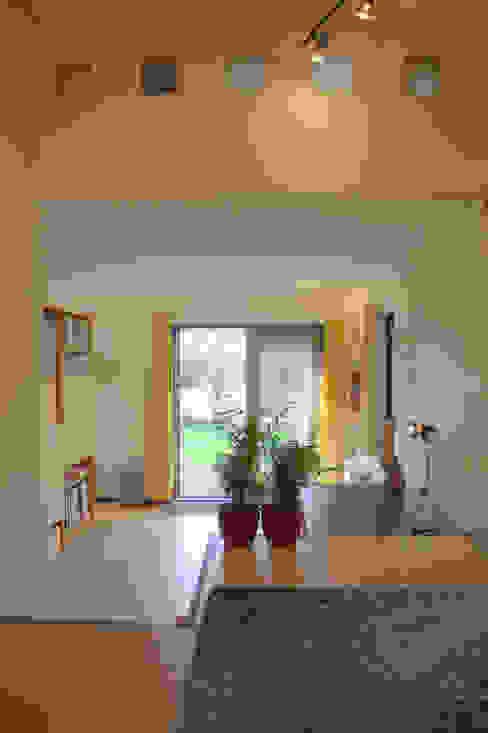 antroposofisch getint huis met wonen op de eerste bouwlaag:  Huizen door mickers architectuur, Rustiek & Brocante