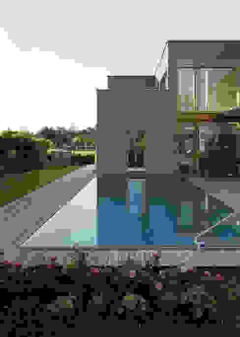 Бассейн в стиле модерн от architekturbühne Модерн