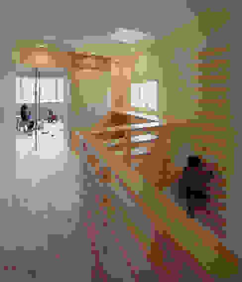 Habitaciones para niños de estilo escandinavo de UZU Escandinavo