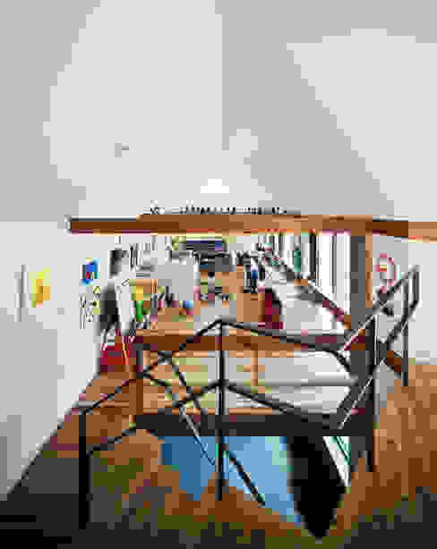 デッキの様子も伺える将来3室に間仕切れる子供部屋 北欧デザインの 子供部屋 の UZU 北欧