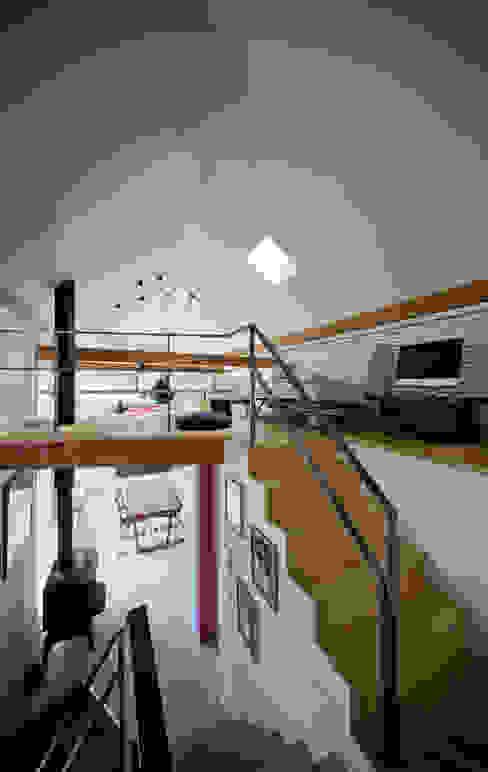 くの字の交差点、天井が折れ曲がる 北欧デザインの 多目的室 の UZU 北欧