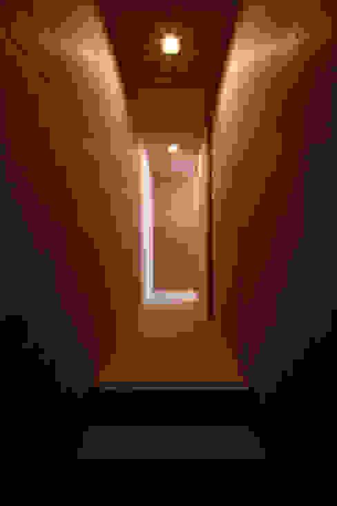 Corredores, halls e escadas rústicos por 道家洋建築設計事務所 Rústico