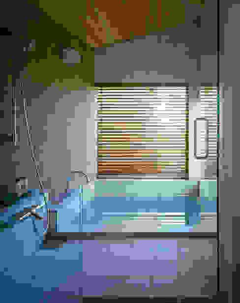 Villa Boomerang 現代浴室設計點子、靈感&圖片 根據 森吉直剛アトリエ/MORIYOSHI NAOTAKE ATELIER ARCHITECTS 現代風