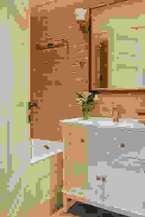 Квартира на Б.Ордынке: Ванные комнаты в . Автор – COUTURE INTERIORS,