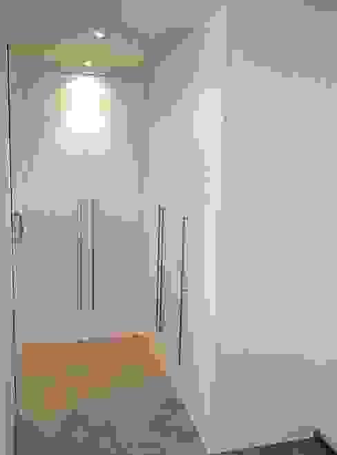 vestidor lacado con puertas abatibles de Arconada Armarios Minimalista