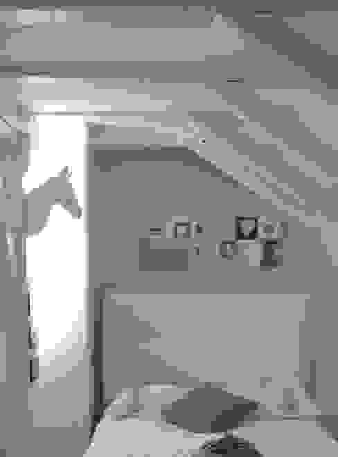 La chambre d'une jeune ado dans les tons taupe lin blanc par L'Autrement Déco Moderne