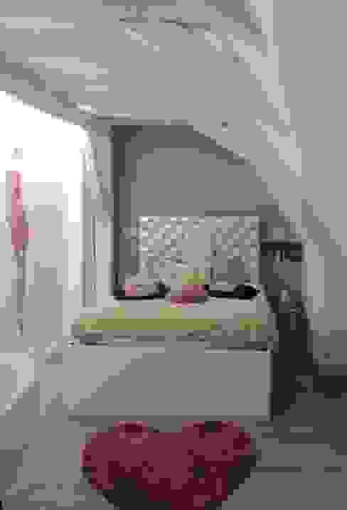 Chambre d'une petite fille qui devient grande dans les tons parme violet par L'Autrement Déco Éclectique