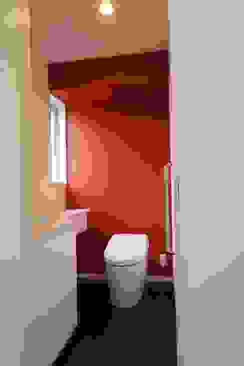 トイレ モダンスタイルの お風呂 の ㈱ライフ建築設計事務所 モダン