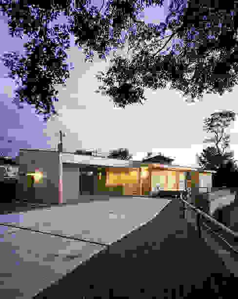 北東側外観(夕景) モダンな 家 の ㈱ライフ建築設計事務所 モダン