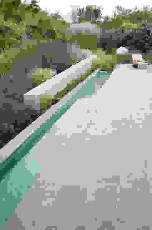 Bijzondere materialen sluiten aan bij lichte atmosfeer aan de kust Moderne tuinen van Andrew van Egmond (ontwerp van tuin en landschap) Modern