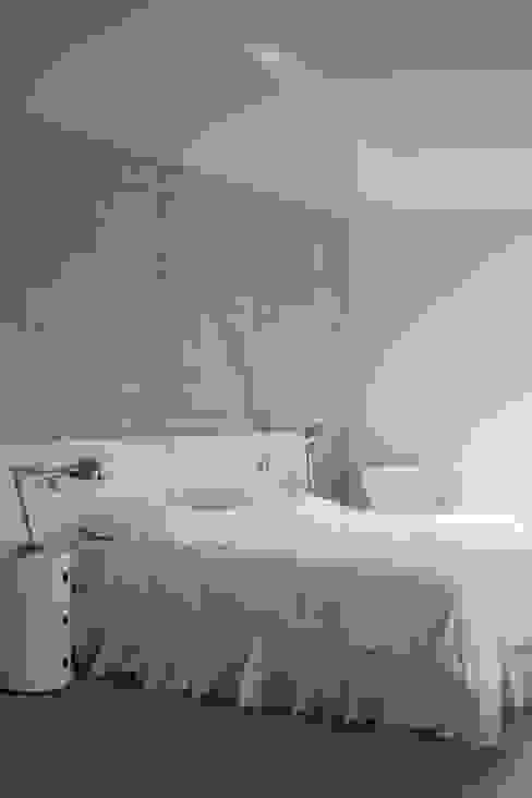 Minimalistyczna sypialnia od GUILLAUME DA SILVA ARCHITECTURE INTERIEURE Minimalistyczny