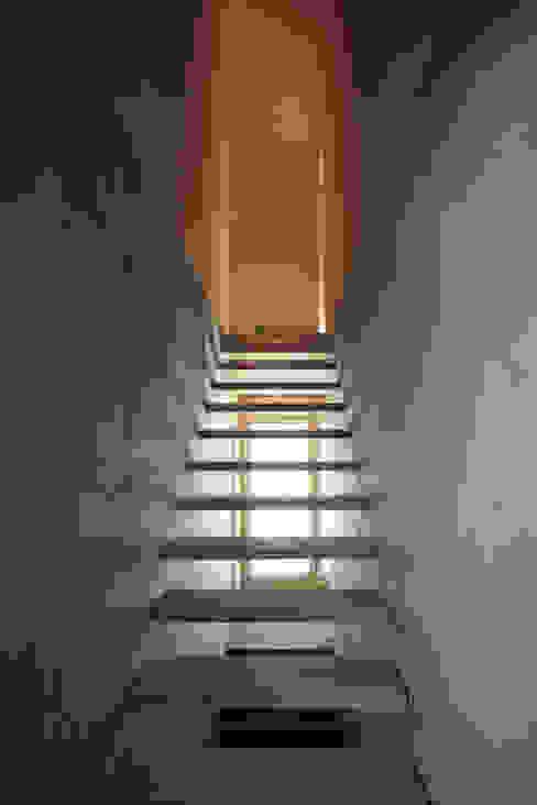 Pasillos y recibidores de estilo  por Hurst Song Architekten , Moderno