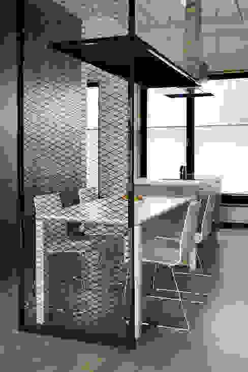 Dining room by Konrad Muraszkiewicz Pracownia Architektoniczna, Industrial