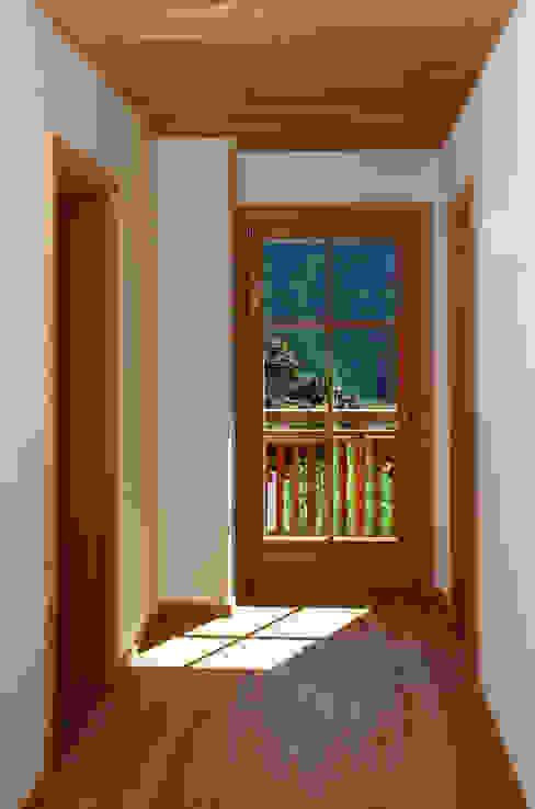 Дома в рустикальном стиле от Thoma Holz GmbH Рустикальный