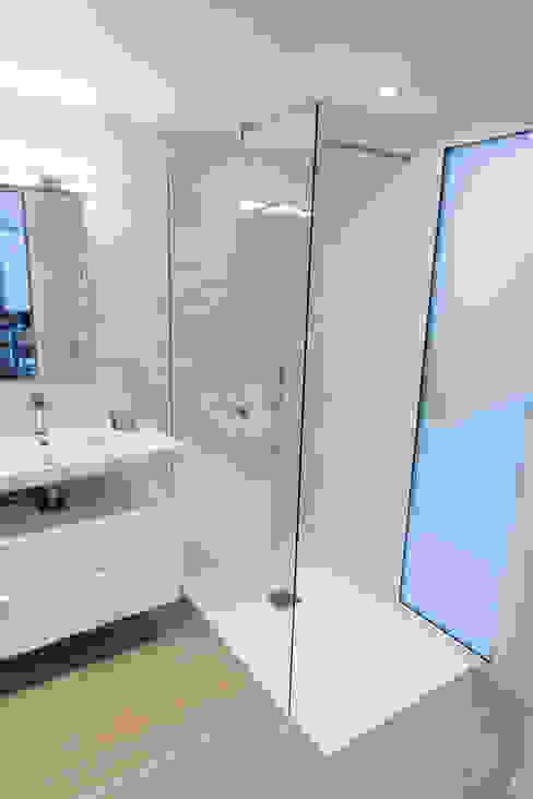 現代浴室設計點子、靈感&圖片 根據 Lise Compain 現代風