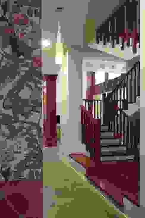 Подмосковный загородный дом для отдыха большой семьи и приема гостей  : Коридор и прихожая в . Автор – AlenaPolyakova.com,