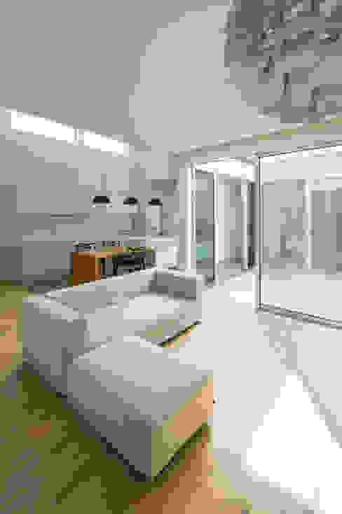 Livings modernos: Ideas, imágenes y decoración de H建築スタジオ Moderno